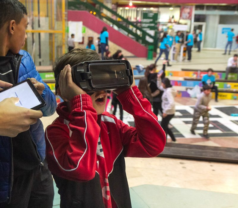 Ergil (9), using VR glasses for the first time during one of the acitivities